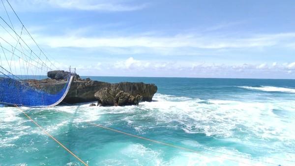 Semuanya dilandasi dorongan untuk menjadikan pantai bertebing karang itu sebagai tujuan wisata andalan. Hal itu tak berlebihan karena pantai yang berbatasan langsung dengan laut lepas itu memang memiliki pemandangan eksotis. (Foto: Purwo Sumodiharjo/detikcom)