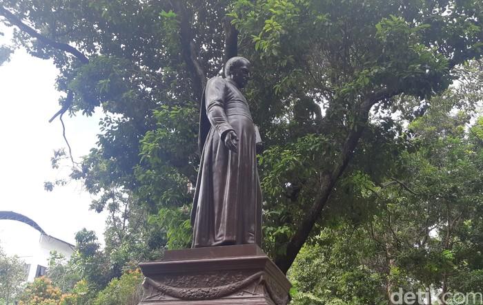 Patung Hendricus Van der Grinten berdiri menjulang di Museum Prasasti. (Danu Damarjati/detikcom)