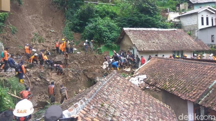 Petugas masih mencari korban tertimbun longsor di Bandung Barat