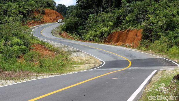 Jalan Lintas Kalimantan Poros Utara yang membentang di utara Kalimantan Barat sudah mulus. Infratruktur yang baik dibatas negeri itu bisa melancarkan datangnya fulus.