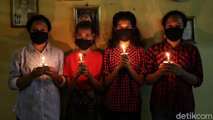Pandemi virus Corona membuat sebagian umat Kristiani menggelar misa malam Natal di rumah. Ibadah tersebut tetap berlangsung khusyuk. Begini potretnya.