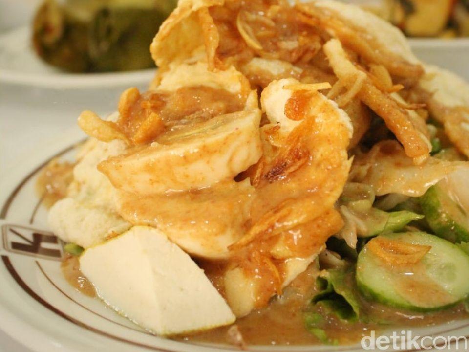 Gado-gado dan Ayam Panggang RM Kencana yang Betahan Lezatnya 58 Tahun
