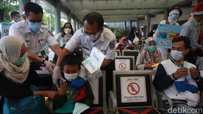 Edukasi penerapan protokol kesehatan (prokes) terus digalakkan. Kali ini, Stasiun Pasar Senen, Jakarta jadi sasaran demi memutus rantai penyebaran COVID-19.