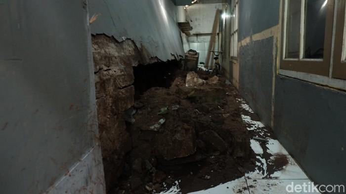 Tembok rumah warga Cipaganti Bandung jebol akibat banjir