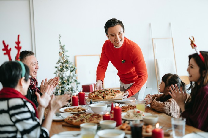 Tips Aman dan Puas Makan Sajian Natal di Rumah Kerabat