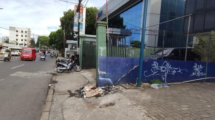 TKP kecelakaan maut mobil milik polisi tabrak motor di Jaksel