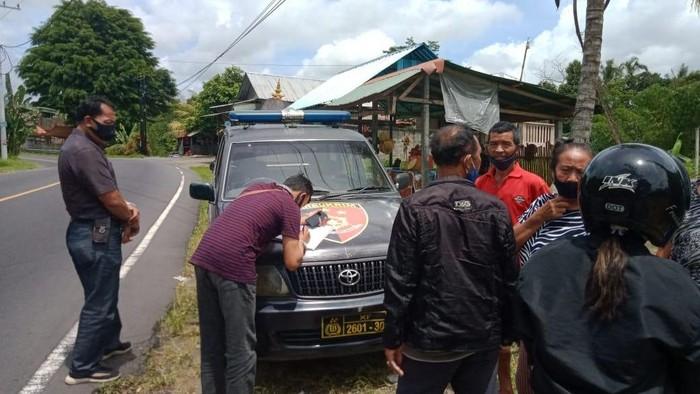 Polisi cek lokasi warga Bali pungut uang yang bertebaran di jalanan.