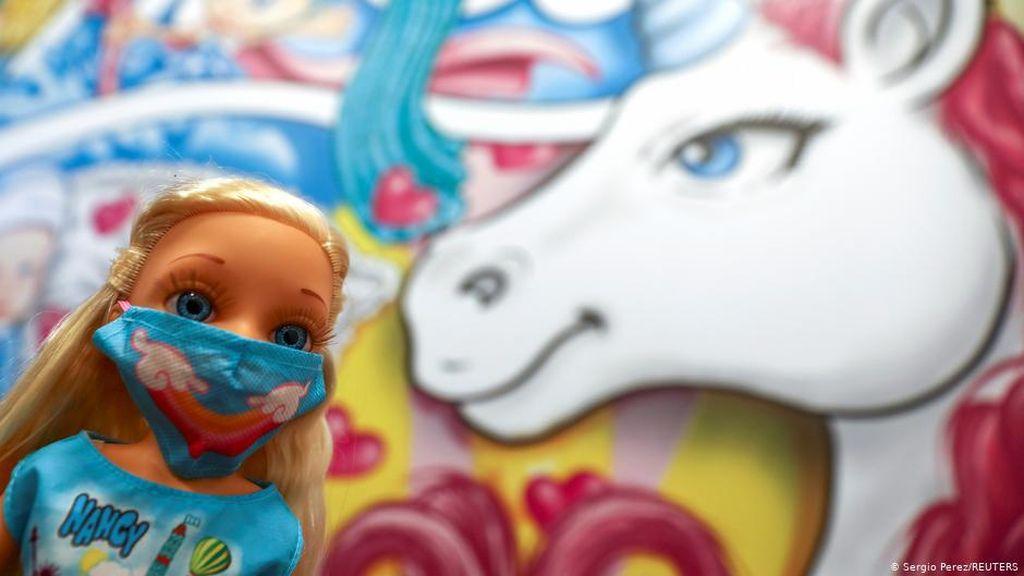 Boneka Bermasker Jadi Kado Natal Favorit di Spanyol dan Portugal