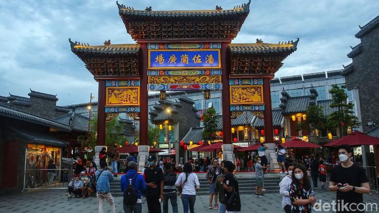 Sejumlah warga beraktivitas di Chinatown Pantjoran, Jakarta, Kamis (24/12/2020). Tempat makan di lahan reklamasi itu menggunakan konsep chinatown.