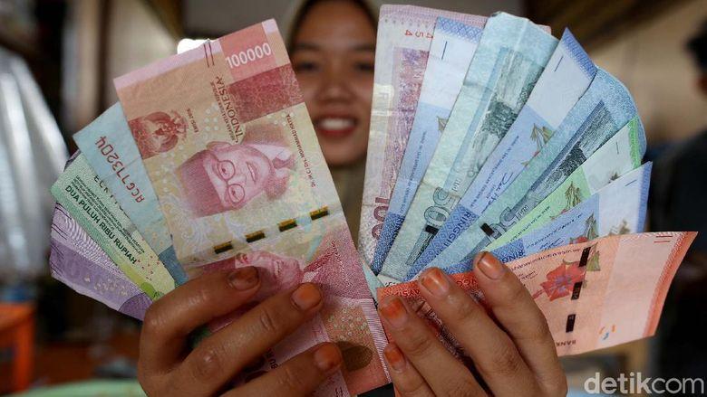 Transaksi ekonomi di batas Indonesia-Malaysia selalu menarik untuk disimak. 2 nilai Mata uang, Ringgit Malaysia dan Rupiah Indonesia pun berlaku disini. Penasaran? Lihat aja foto-fotonya disini.