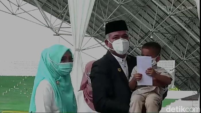 Gubernur Aceh Nova Iriansyah menyantuni anak yatim di peringatan 16 tahun tsunami