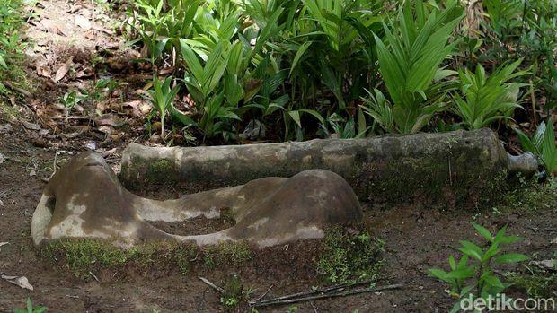 Suku Dayak Taman di Rumah Betang Semangkok, memiliki kisah mistis mengenai Batu Tiang Putulabok. Seperti apa sih bentuknya? Kita lihat saja, yuks.