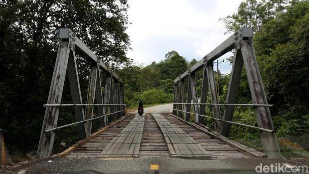 Jembatan Penghubung dari Kayu Belian atau kayu Ulin di sepanjang jalan nasional ruas Kalimantan Barat