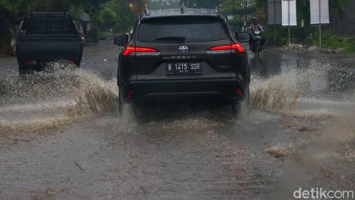 Sistem suspensi yang empuk dan nyaman membuat Road Trip Jakarta-Bali bareng Toyota Corolla Cross Hybrid memberikan sensasi berkendara melebihi ekspektasi.