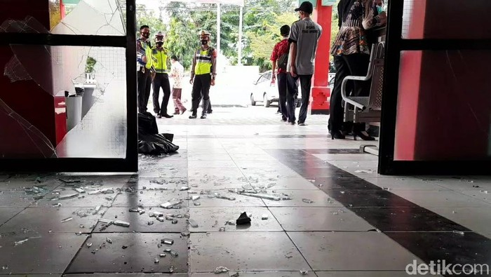 Sekelompok orang menggeruduk RSUD Brebes, Jawa Tengah, hari ini. Mereka berusaha mengambil paksa jenazah seorang pasien virus Corona atau COVID-19. Namun keluarga pasien tidak terima atas keterangan rumah sakit. Kemudian mereka memaksa masuk rumah sakit untuk mengambil paksa jenazah. Aksi warga ini sempat dihadang oleh sejumlah petugas keamanan rumah sakit. Massa terus mendorong pintu utama hingga kaca pintu pecah.