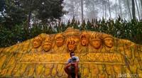 Di wisata Mloko Sewu yang berada di Dusun Prumbon, Desa Pupus, Kecamatan Ngebel ada spot foto bersama para Hokage Konoha.