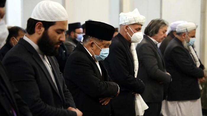 Wakil Presiden RI ke-10 dan 12 Jusuf Kalla (JK) bersama Presiden Republik Islam Afghanistan Ashraf Ghani melaksanakan salat Jumat di Masjid ARG Palace. Selain itu JK juga menghadiri pertemuan dengan ulama-ulama Afghanistan.