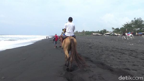 Untuk berwisata ke Pantai Watu Pecak ini, pengunjung cukup membayar uang parkir Rp 5 ribu untuk kendaraan bermotor dan Rp 10 ribu untuk roda empat. Pengunjung bisa menggunakan kendaraan roda dua maupun roda empat untuk menuju wisata pantai ini.