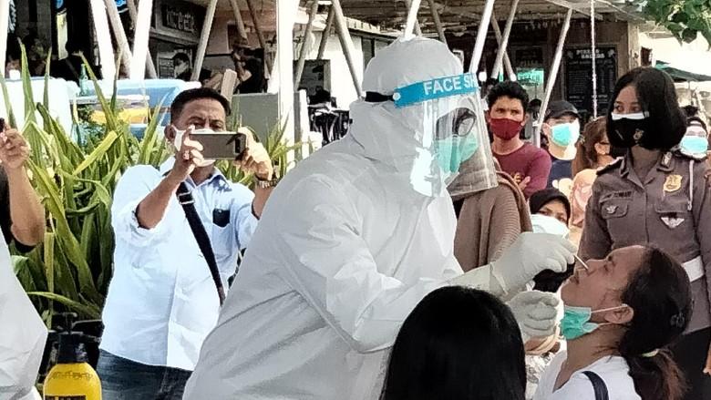 Menjelang Libur Tahun Baru 2021, Polda Bali mengadakan tes rapid antigen gratis di Pantai Kuta, Bali. Tes itu ditinjau langsung oleh Kakorlantas Polri Irjen Istiono.