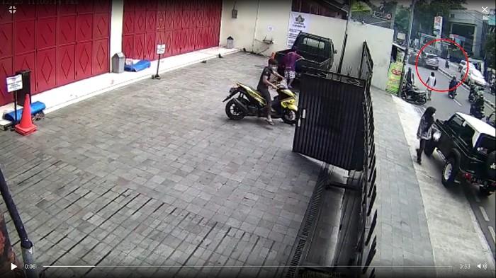 Terekam CCTV, Ini Detik-detik Senggolan Mobil Berujung Laka Maut di Jaksel