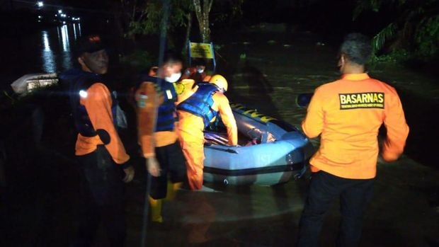 Tim SAR evakuasi warga Tanjung Selamat, Medan, yang kebanjiran (dok Istimewa)