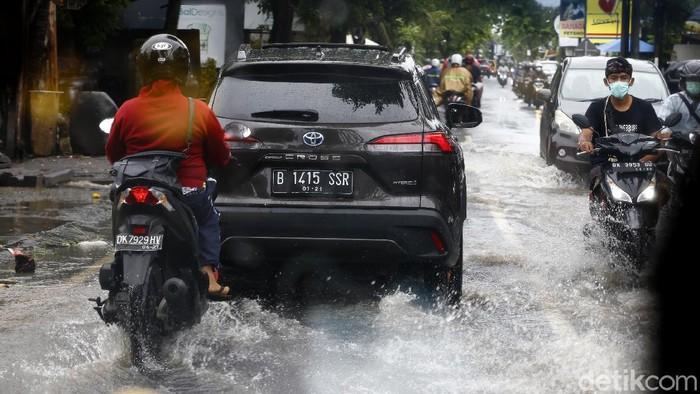 detikcom bersama Toyota Cross Hybrid sukses menjelajah beragam medan dalam Road Trip Jakarta-Bali. Salah satunya hujan deras yang mengguyur selama perjalanan.