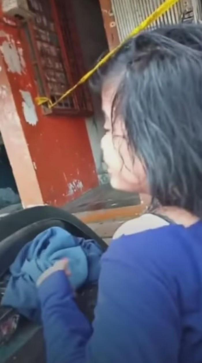 Video seorang perempuan menangis histeris usai adiknya ditemukan tewas dalam kondisi luka parah (Screenshot video viral)