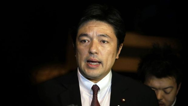 In this photo taken Friday, Jan. 23, 2015, Yasuhide Nakayama, a Japanese deputy foreign minister, talks to media in Amman, Jordan. Japan promised Saturday not to give up