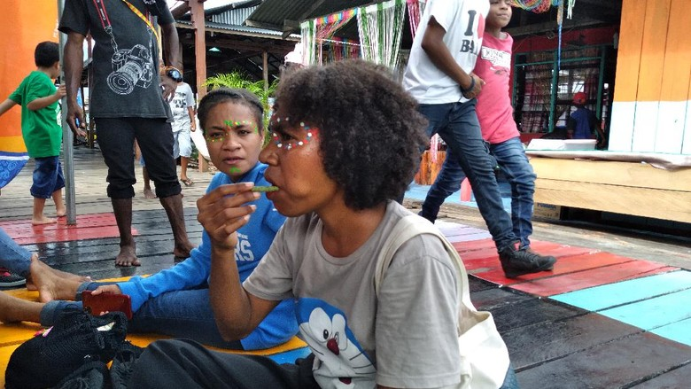 Warga Papua makan pinang