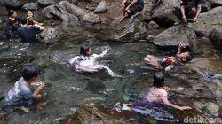 Ahhh.. Segar Sekali Berenang di Wisata Alam Cipaniis Kuningan