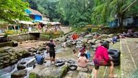 Di musim hujan, pengunjung tidak perlu cemar akan terjadinya banjir di aliran Sungai Cipaniis. Itu karena jika terjadi banjir air akan otomatis dialihkan menuju aliran sungai lainnya sehingga tidak membahayakan wisatawan yang sedang berenang.