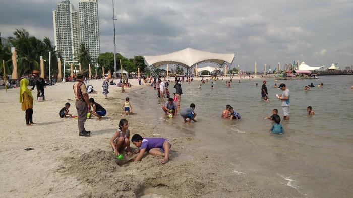 Pantai Lagoon di Ancol ramai didatangi warga.