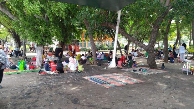 Kawasan Ancol ramai pengunjung di akhir pekan.