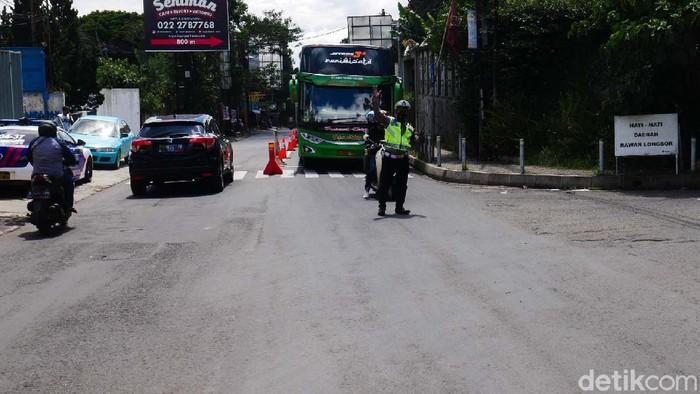 Arus balik libur Natal 2020 di Jalan Raya Lembang, Lembang arah Bandung terpantau lancar. Tidak akan penumpukan kendaraan yang berarti.