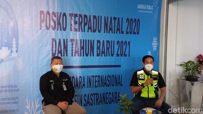 Direktur Utama PT Angkasa Pura II M Awaluddin (berompi) dan General Manager PT Angkasa Pura II Kantor Cabang Bandara Husein Sastranegara Iwan Winaya Mahdar