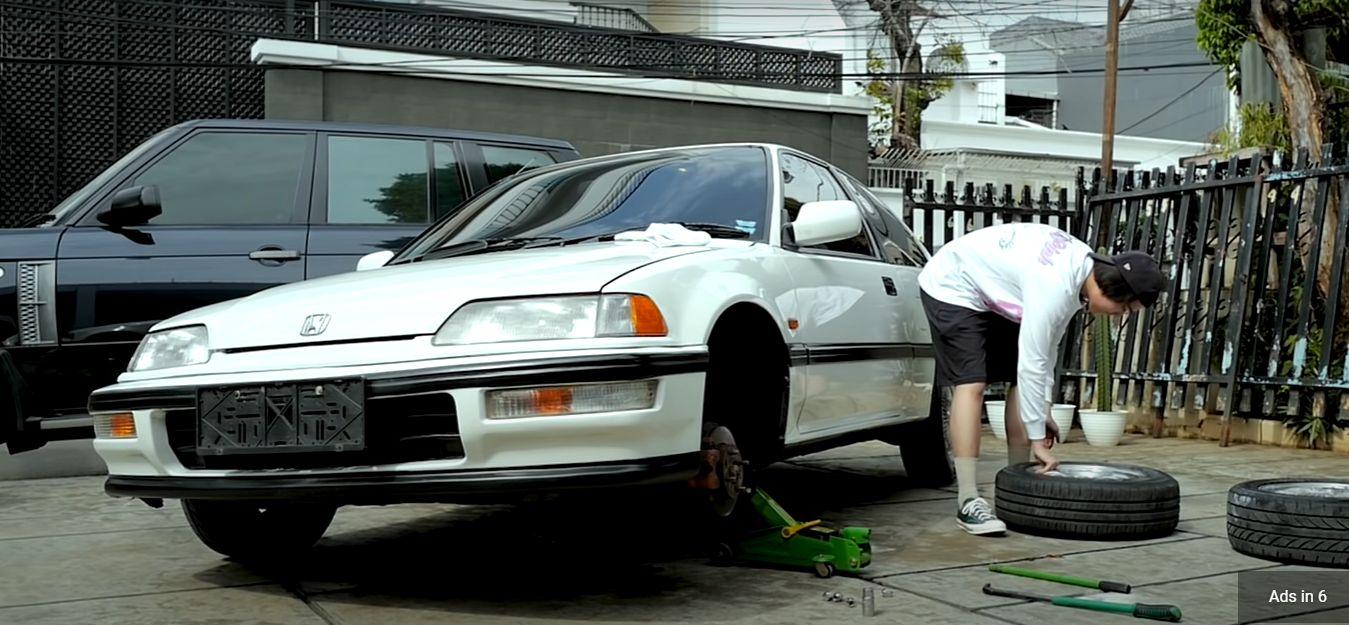Iqbaal 'Dilan' ganti ban mobil sendiri