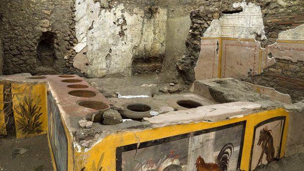 Foto tak bertanggal yang disediakan oleh kantor pers taman Arkeologi Pompeii menunjukkan termopolium di taman arkeologi Pompeii, dekat Napoli, Italia. Sebuah restoran cepat saji yang ditemukan di Pompeii kini telah digali seluruhnya, membantu mengungkap beberapa hidangan favorit warga kota Romawi kuno yang suka makan di luar. Kepala lama Taman Arkeologi Pompeii, Massimo Osanna mengatakan Sabtu, 26 Desember 2020, dalam sebuah pernyataan bahwa sementara sekitar 80 makanan cepat saji semacam itu telah ditemukan di Pompeii, itu adalah pertama kalinya tempat makan semacam itu - yang dikenal sebagai termopolium sejak disajikan. makanan panas - telah digali seluruhnya. (Luigi Spina/Parco Archeologico di Pompei via AP)