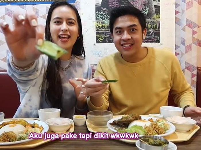 Jerome Polin Ajak Penyanyi Jepang Makan Makanan Indonesia