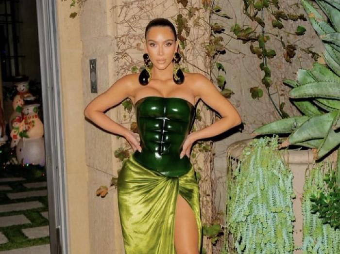 Kim Kardashian pakai baju hijau dibilang mirip Hulk dan Kura-kura Ninja.