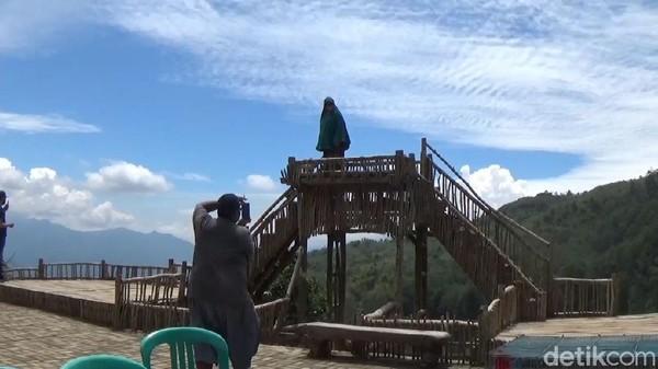 Banyak pengunjung yang datang ke Balong Geulis asyik foto-foto. Pihak pengelola pun akan menerapkan protokol kesehatan secara ketat, mulai dari pintu masuk, seperti menyiapkan hand sanitizer, tempat mencuci tangan, termal ghun dan menjaga jarak.