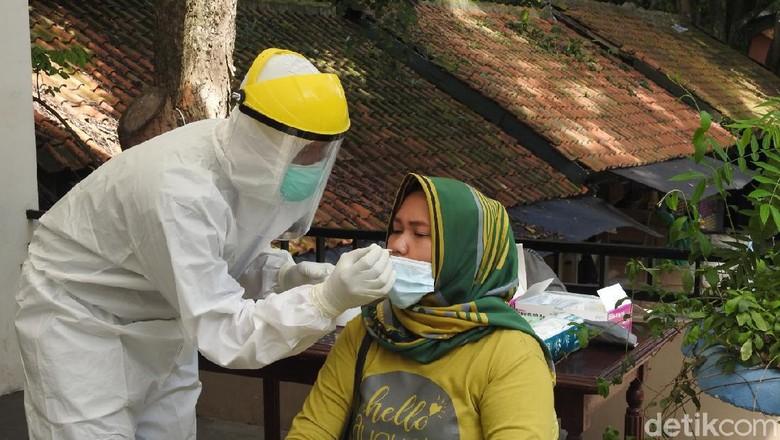 Sebanyak tiga orang wisatawan terkonfirmasi positif COVID-19 setelah dilakukan pemeriksaan masif Rapid Test Antigen di kawasan wisata Kebun Binatang Bandung (Bandung Zoological Garden) pada Minggu (27/12/2020).
