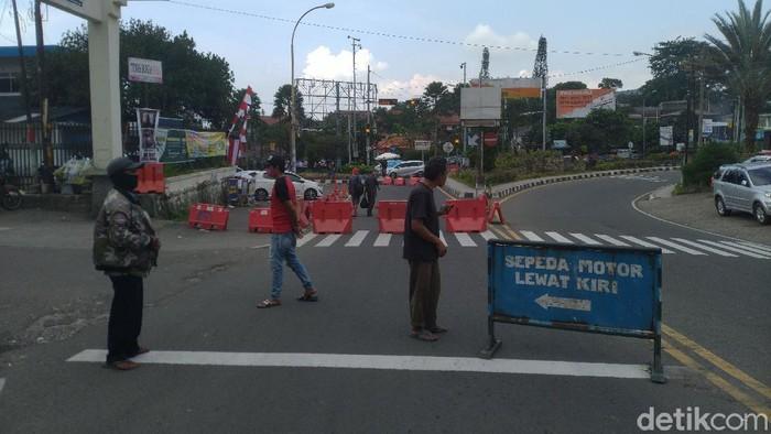 Sistem satu arah di kawasan Puncak Bogor.