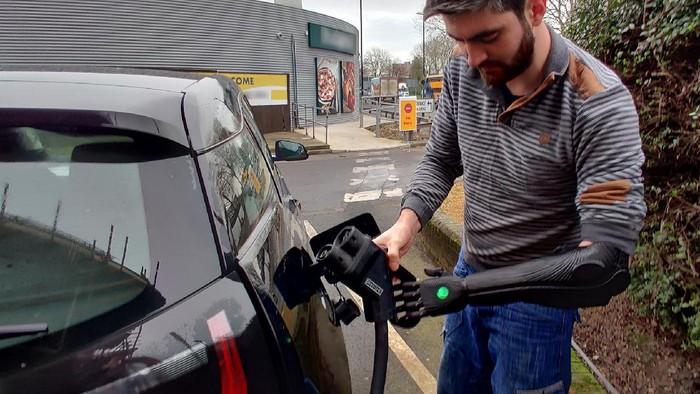 Stasiun pengisian kendaraan listrik kurang ramah terhadap difabel