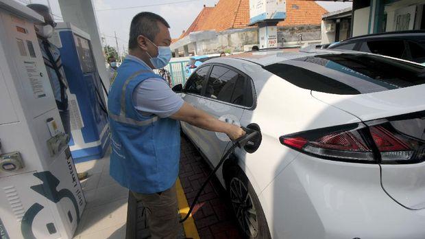Komisari PT PLN (Persero) Dudy Purwagandhi mengisi daya mobil listrik di Stasiun Pengisian Kendaraan Listrik Umum (SPKLU) di Jalan Dr Soetomo, Surabaya, Jawa Timur, Sabtu (26/12/2020). PT PLN (Persero) menguji coba kendaraan listrik berbasis baterai dengan rute perjalanan jarak jauh dari Jakarta menuju Bali dengan tujuan untuk melihat infrastruktur SPKLU yang sudah disiapkan oleh PLN agar para pengguna kendaraan listrik dalam menempuh perjalanan jarak jauh bisa aman dan nyaman. ANTARA FOTO/Didik Suhartono/aww.