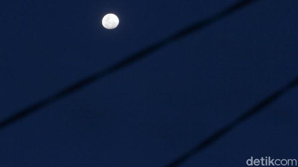Sepanjang bulan Desember yang cenderung memasuki musim penghujan sangat jarang bulan menampakkan diri di langit dengan indah.
