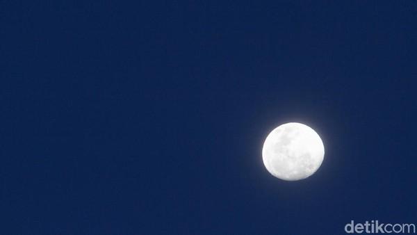 Sampai malam ini bulan masih terlihat di langit dengan warna yang cerah.