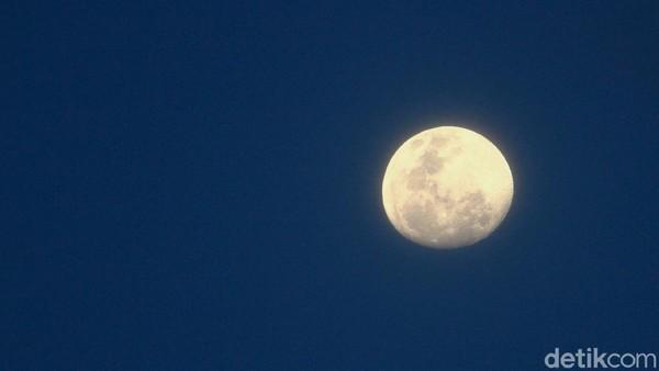 Bulan yang terlihat di langit pada hari ini begitu cerah dan indah.