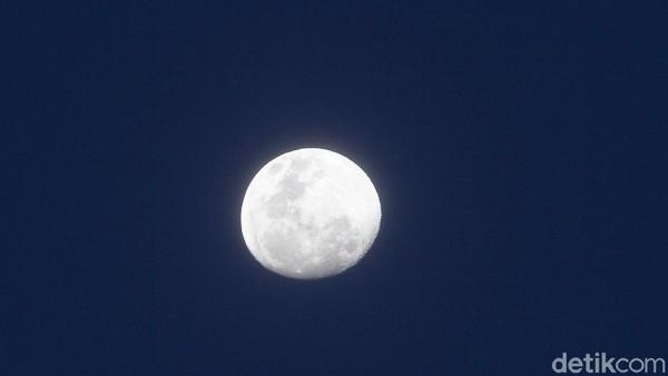 Beginilah penampakan bulan di langit Depok, usai hujan menyapa di kawasan tersebut, Minggu (27/12) sore. Pemandangan indah itu setidaknya bisa dinikmati dengan mata telanjang selama kurang lebih satu jam.
