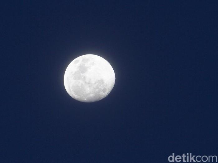 Penampakan bulan di langit terlihat pada sore hari, Minggu (27/12) di wilayah Depok, Jawa Barat setelah diguyur hujan selama kurang lebih satu jam