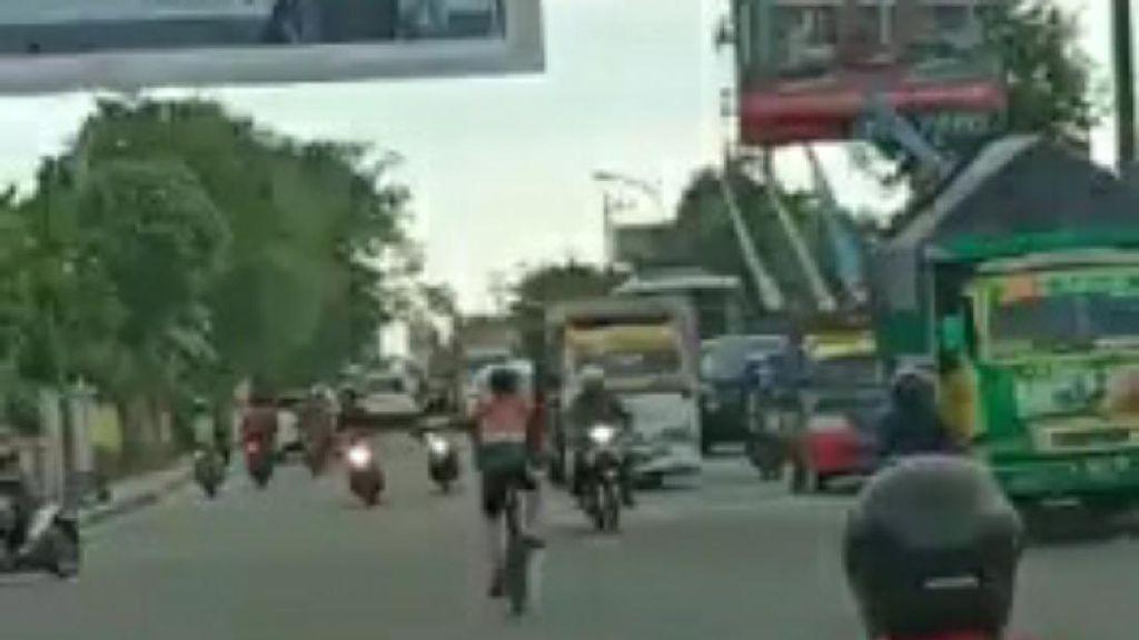 Terlalu! Pesepeda Ini Nyelonong Santai Tak Peduli Lalu Lintas Padat